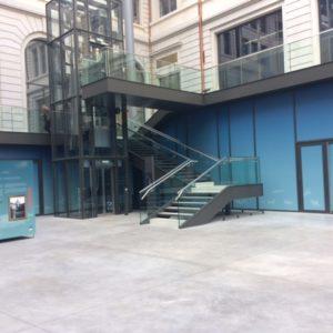 Voici l'escalier une fois posé sur site, avec les gardes-corps vitrés.